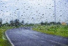 自然水下落背景 与结露的车窗玻璃 库存图片