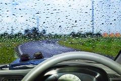 自然水下落背景 与结露的车窗玻璃 免版税库存照片