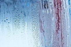 自然水在玻璃,与结露,强,高湿度,水流量, co大下落的玻璃窗滴下在窗口下的 免版税库存照片