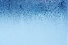 自然水在玻璃,与结露,强,高湿度,水流量, co大下落的玻璃窗滴下在窗口下的 库存图片