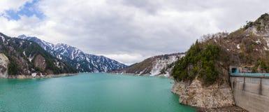 自然水坝雪与蓝天的山脉风景全景从马塔莫罗斯向富山,馆山Kurobe高山路线,日本A 库存图片