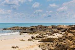 自然沙子和岩石海滩地平线 图库摄影