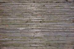 从自然没有漆的干燥木Surfa的老土气被风化的篱芭 库存图片