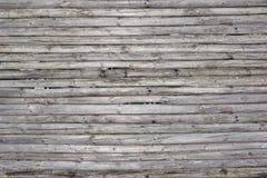 从自然没有漆的干燥木Surfa的老土气被风化的篱芭 免版税库存图片