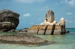 自然海岸岩层在勿里洞岛海岛的,印度尼西亚海 图库摄影