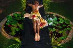 自然温泉沙龙的妇女 免版税图库摄影