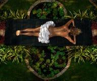 自然温泉沙龙的妇女 免版税库存图片