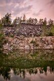自然湖斯堪的纳维亚岩石海岸线  库存图片