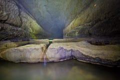 自然湖speleothem、小瀑布和瀑布在Nizhneshakuranskaya陷下 库存图片