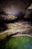 �9��yl#�+Ni+�ZJ~Zh_自然湖speleothem,小瀑布和瀑布在nizhneshakuranskaya陷下