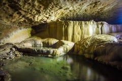 自然湖speleothem、小瀑布和瀑布在Nizhneshakuranskaya陷下 免版税库存照片