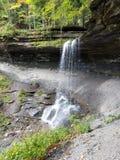 自然瀑布到岩石碗里 免版税库存图片