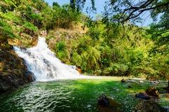 自然瀑布和风景鲜绿色水池在绿色森林中 库存图片