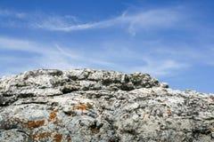 自然灰色分层了堆积石头,并且与白色的美丽的蓝天分层了堆积云彩 库存图片