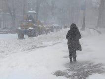 自然灾害冬天,飞雪,大雪麻痹了城市,崩溃 积雪旋风欧洲 免版税库存图片