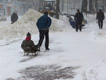 自然灾害冬天,飞雪,大雪麻痹了城市,崩溃 积雪旋风欧洲 库存照片