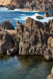自然熔岩游泳池在波尔图莫尼兹,马德拉岛 库存照片