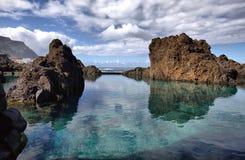 自然熔岩石水池在波尔图莫尼兹,马德拉岛 免版税库存照片