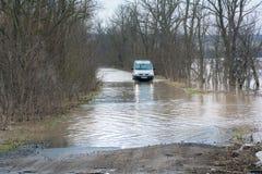 洪水-自然现象 汽车通行证 图库摄影