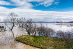 洪水-自然现象 溢出的湖 免版税图库摄影