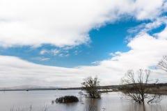 洪水-自然现象 美丽的蓝天 免版税库存照片