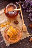 自然甜蜂窝顶视图与花粉和蜂蜜的在ta 免版税库存图片