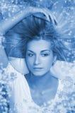 自然白肤金发的女孩的头发 免版税库存图片