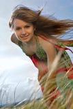 自然白肤金发的女孩绿色的草甸 图库摄影