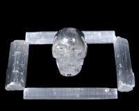 自然白色亚硒酸盐标尺和清楚的石英头骨 免版税库存图片