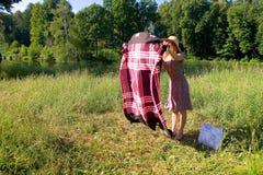 自然的一个女孩传播面纱 免版税库存图片