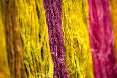 从自然的五颜六色的螺纹丝绸染料 库存图片