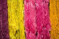 从自然的五颜六色的螺纹丝绸染料 免版税库存图片