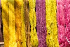 从自然的五颜六色的螺纹丝绸染料 免版税图库摄影