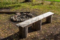自然的休息处与篝火和长凳 免版税库存照片