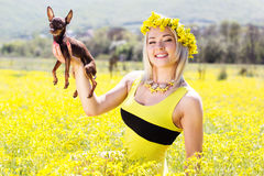 自然的俏丽的女孩与她的狗 免版税库存图片
