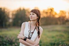 自然的俏丽的年轻走的女孩 免版税库存照片