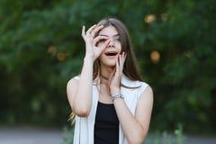 自然的女孩显示情感 库存图片
