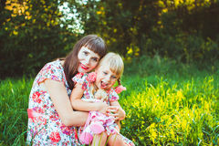 自然的小女孩与母亲 图库摄影
