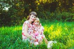 自然的小女孩与母亲 免版税库存图片