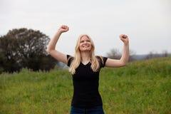 自然的白肤金发的女孩感到高兴为优胜者 库存图片