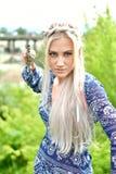 自然的白肤金发的女孩 库存图片