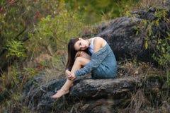 自然的美丽的女孩 免版税库存图片