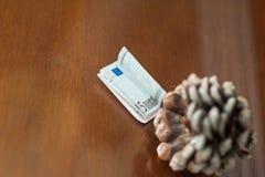 自然的金钱,欧元是不稳定的,欧元的下降,在棕色背景的金钱 库存图片
