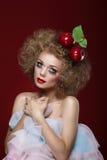 自然的 被称呼的妇女用在她的头的两个苹果 库存照片
