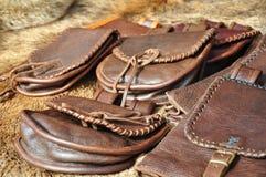 自然皮革钱包和袋子 免版税库存照片