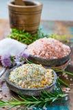 自然盐的三种不同类型在石碗的在木s 图库摄影