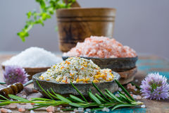 自然盐的三种不同类型在石碗的在木s 库存照片
