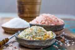 自然盐的三种不同类型在石碗的在木s 免版税图库摄影