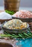 自然盐的三种不同类型在石碗的在木s 免版税库存图片