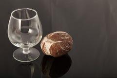 自然石头和一块玻璃在被涂清漆的涂层,对象的反射 库存照片